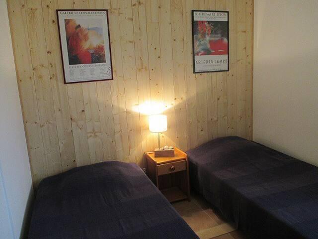 La chambre avec ses 2 lits jumeaux et grand placard