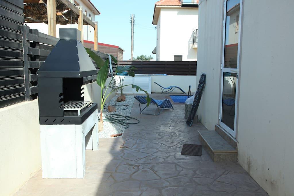 Freestanding barbeque