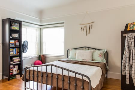Private Room with attached Bath In Boulevard Park - Sacramento - Dom