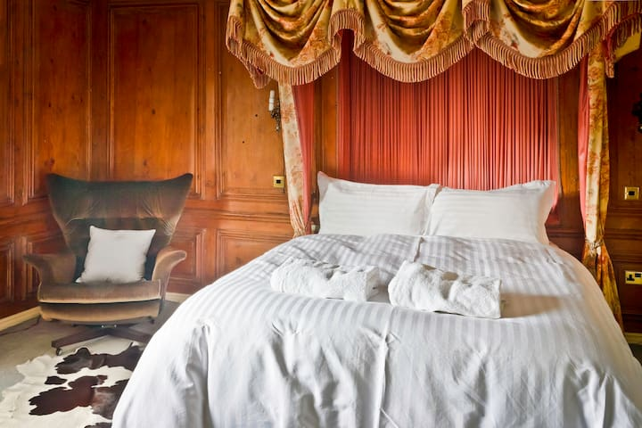 Master Bed (sleeps 2) 17th Century - The Old Hall