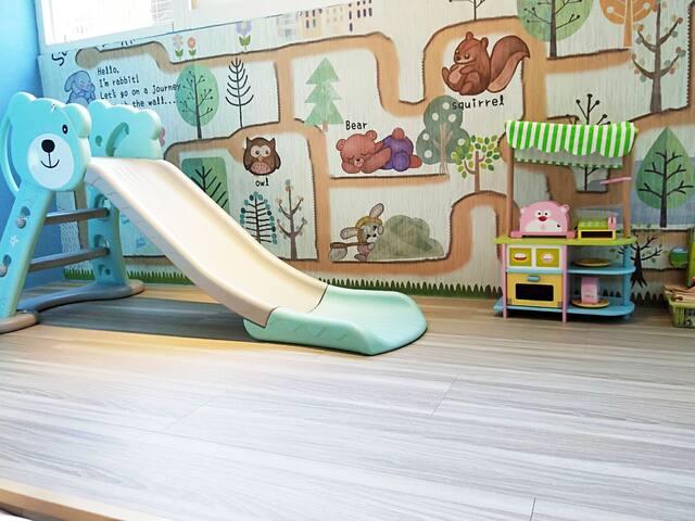 北歐小熊三人房   親子居住 臥室與木地板遊戲區