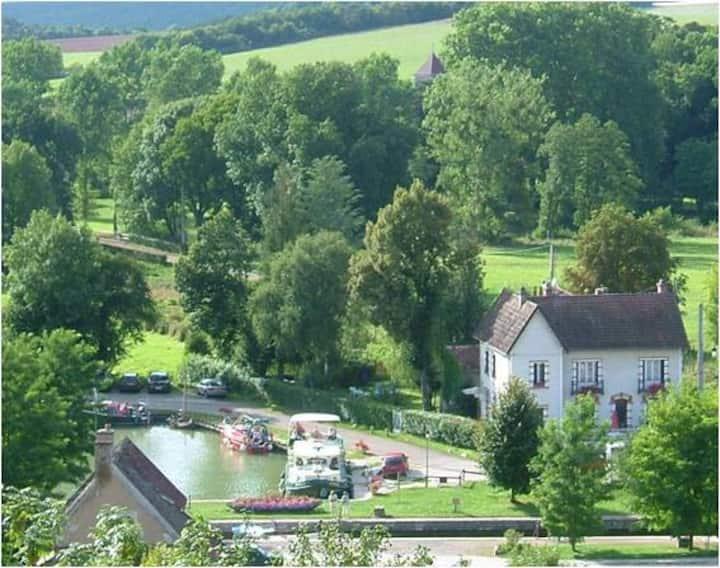 Maison de caractère au bord du canal du Nivernais