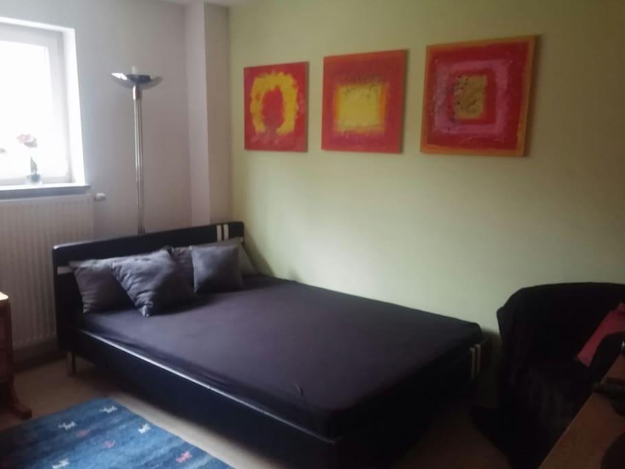 1.40 m Bett mit Blick ins Grüne