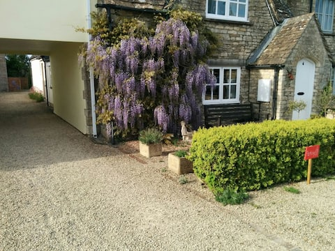 Annexe in Cotswold Cottage in pretty village