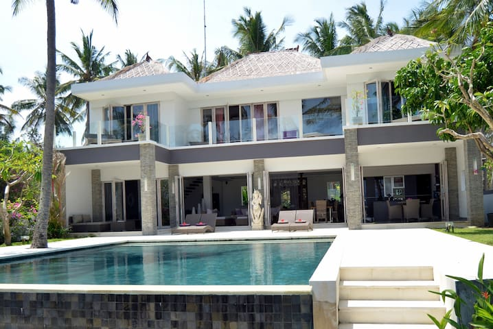 LUXURY VILLA ON A BEACH - Manggis - House