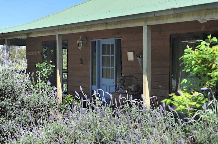 Lovely Yarra Valley farmhouse with beautiful views - Healesville - Hus