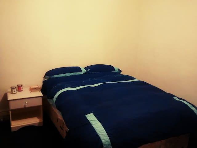 Double bed in big spacious bedroom - Reading - Rumah