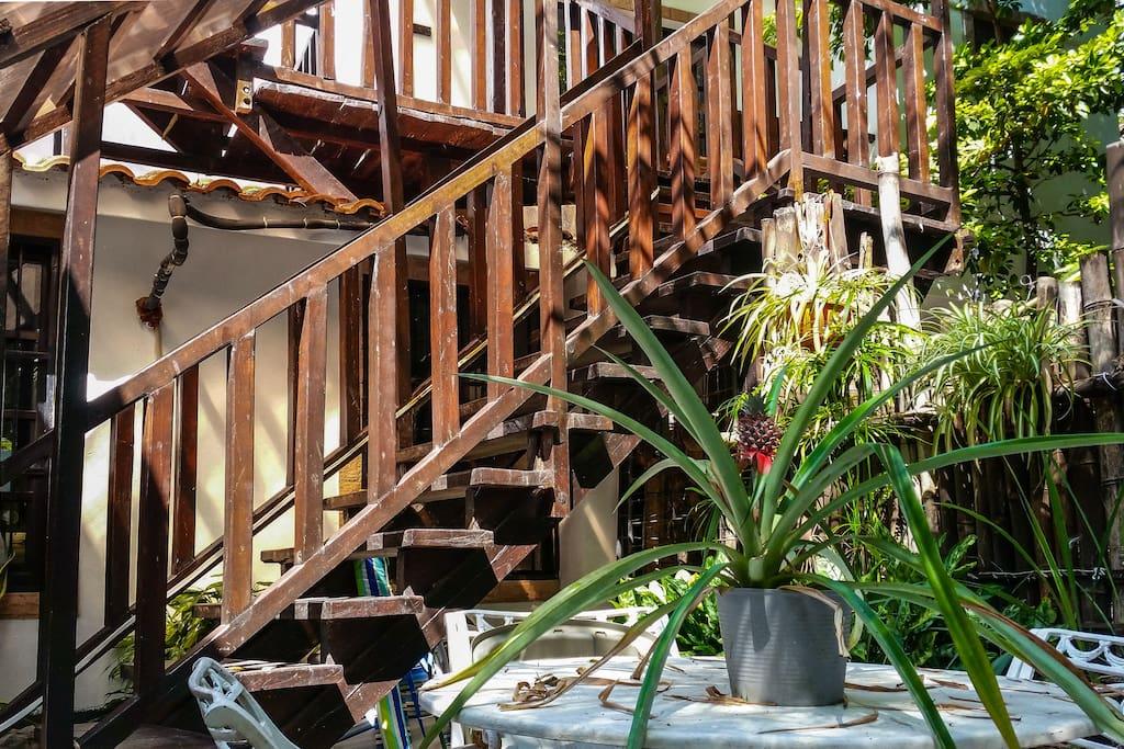 Entrada y area de terraza del apartamento, las escaleras se comparten con el apartamento de la planta alta.