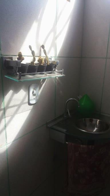 Banheiro 100% privativo, equipado com itens essenciais como shampoo, sabonete, toalha, chuveiro de água quente e papel higiênico.