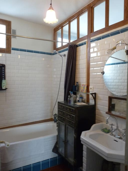 Hairdryer, towels, towel heater, shower and bathtub! Separate WC