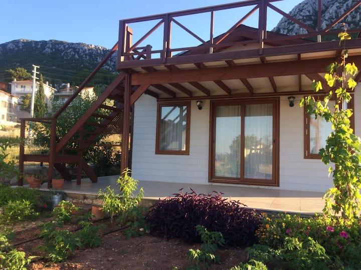 Karaburun Saip Köyünde bahçeli müstakil ahşap ev
