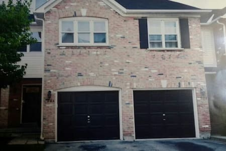Privat Bsmt. townhouse with free parking - Richmond Hill - Talo