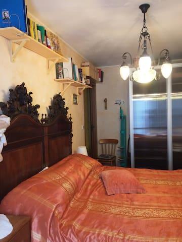 Camera da letto vista da lato finestra