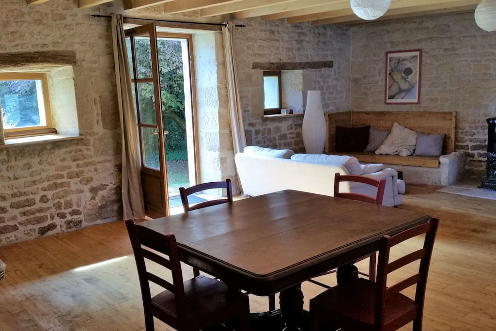 Grand canapé et coin repas dans la grande pièce principale