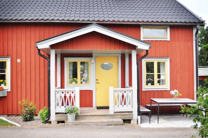 Nyrenoverat gästhus i småländsk idyll.