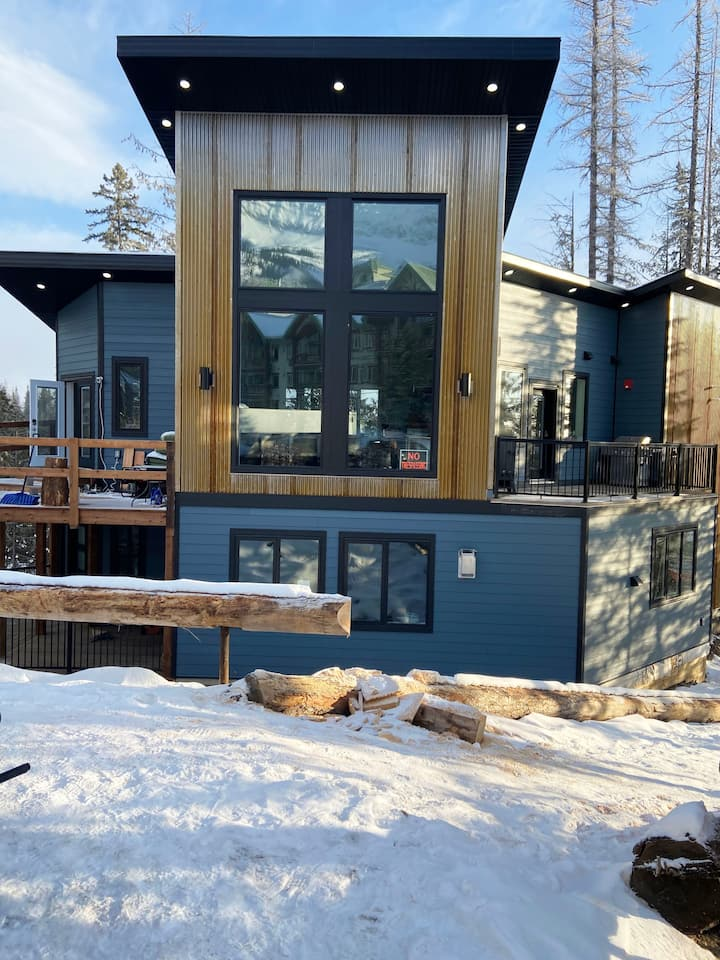Stunning Alpine Style Ski in Ski Out (New Home)