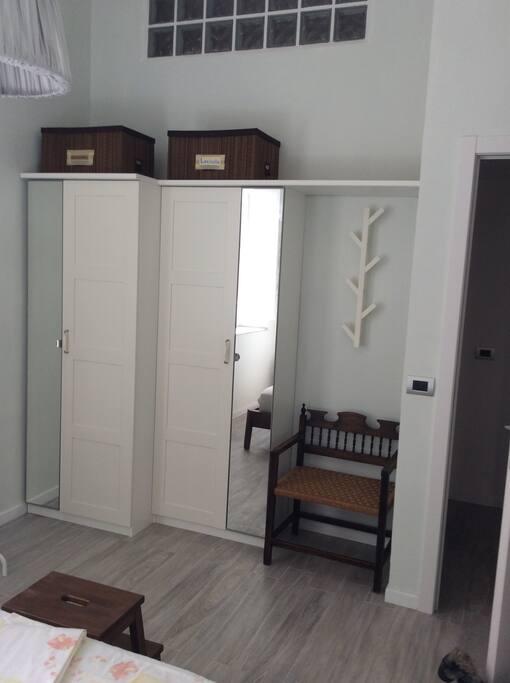 A disposizione degli ospiti due comodini e due armadi.