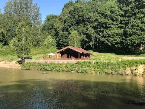 Kabin Log Tradisional Di Atas Danau