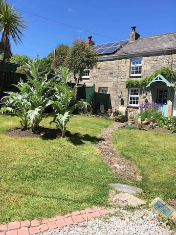 Dharma House Cottage - Tropical Garden & Parking