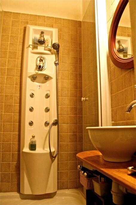 Salle de douche avec serviettes fournies