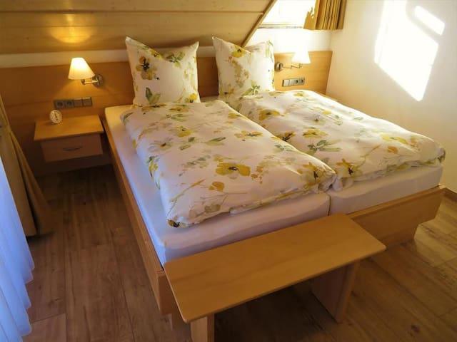 Schlafzimmer mit Fernseher und Balkon
