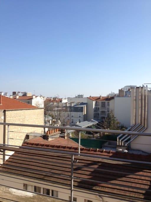 C'est la vue de la terrasse de 10m², plein Sud, sans aucun vis à vis. La terrasse est aménagée pour prendre des repas