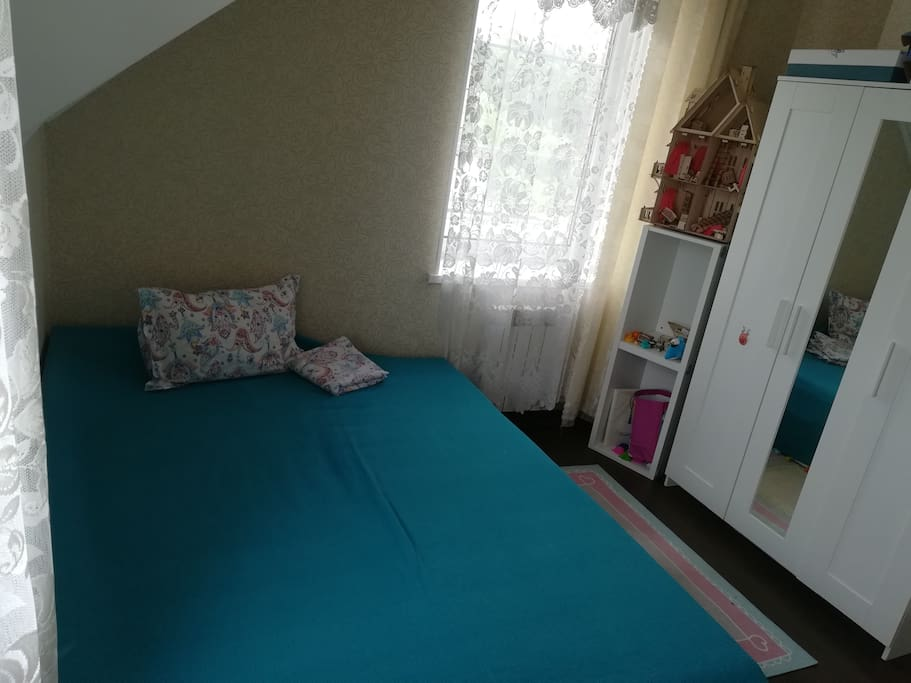 Спальня 13 м2. Большая раскладная  двухместная кровать. Шкаф для вещей. Комод. Есть место для установки детской кроватки или доп. кровати. Телевизор.