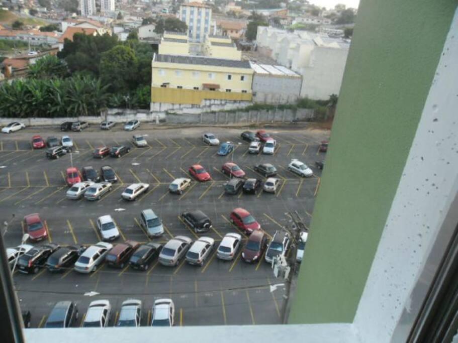 Um estacionamento Grande