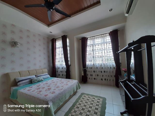 Master bedroom, level 1, 1 queen bed