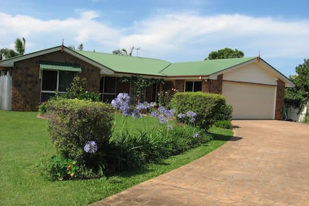Jan's B&B, Queen room plus twin share - Redcliffe