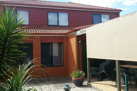 Queen bed downstairs with parking - Werribee - Bed & Breakfast