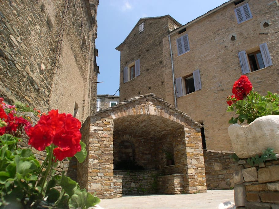 La maison vue de la place de l'église