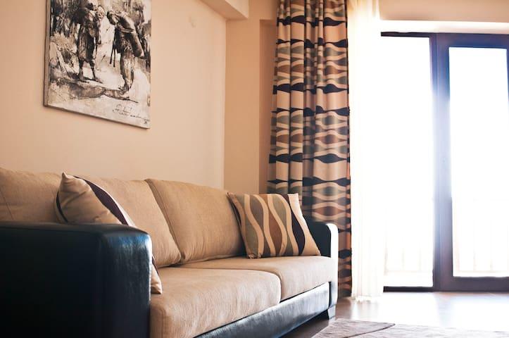 Уютная гостиная с приятный тёплым интерьером