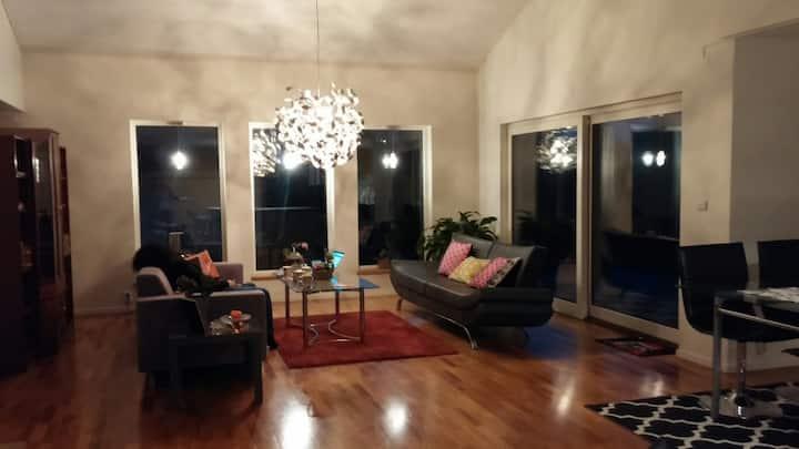 Fint rum i modern villa på Torpa