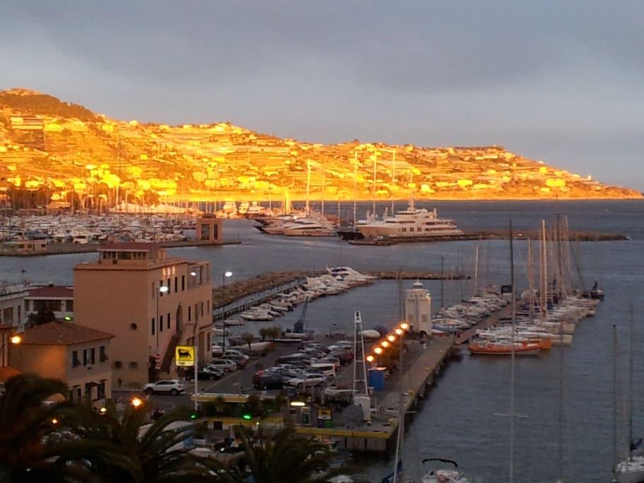 vista dal balcone...lo yacht club e la marina