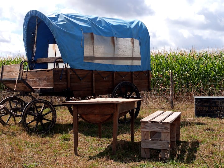Camping sauvage dans un chariot de western.
