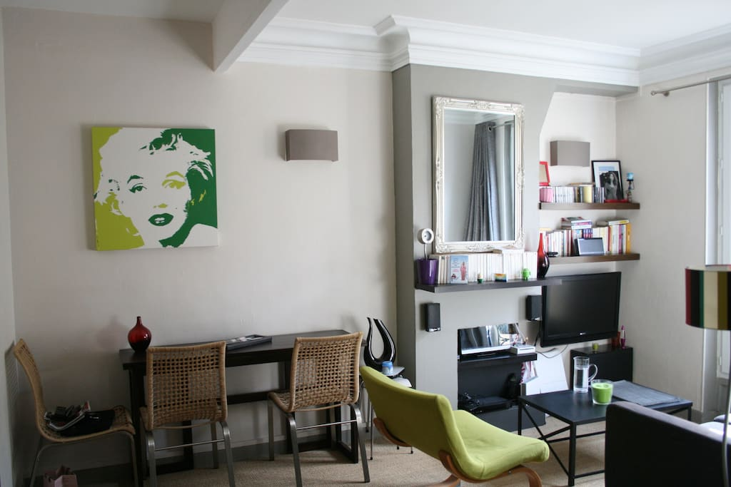 The living room is really cosy, perfect to have a rest after a day visiting Paris !