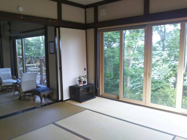 こちらか和室10畳です、襖をしめてご利用いただけます。エアコンございます。