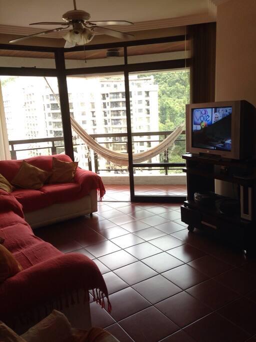 Sala Ampla com 2 sofás confortáveis, TV e mesa para 8 lugares