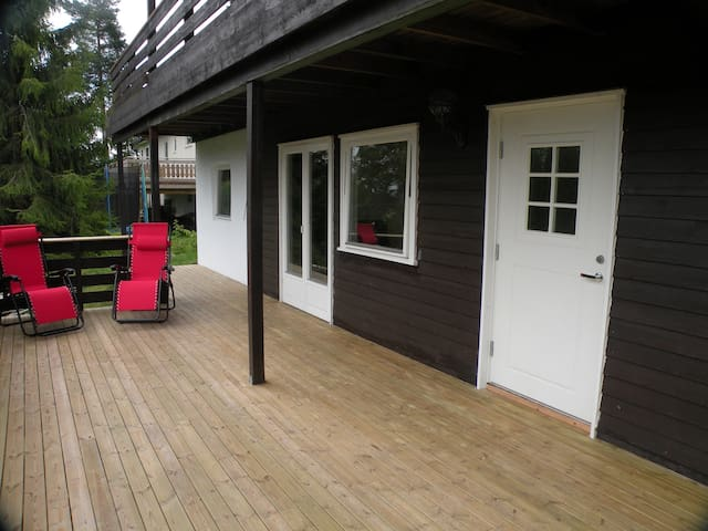 Nice garden apartment with private deck - Drammen