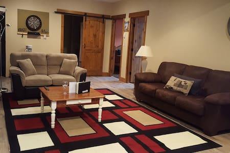 Quiet acreage with 2 bedrooms/ queen beds.