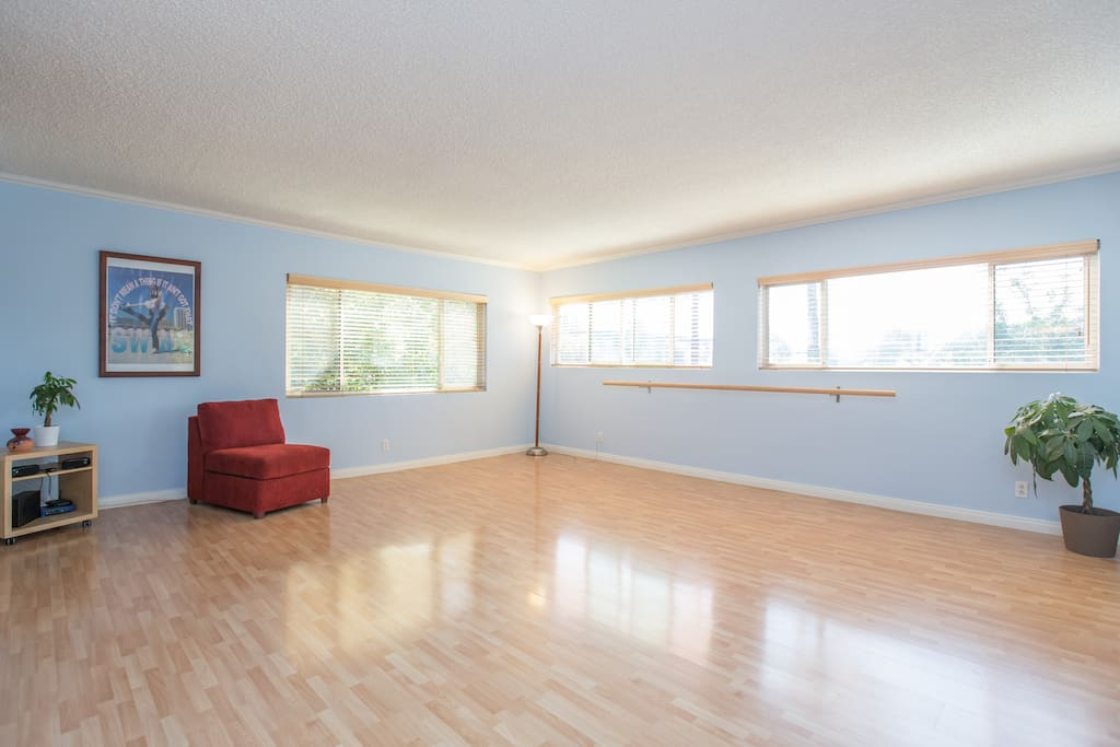 Dance Studio with a ballet bar - 345 sq ft of pure dance joy!
