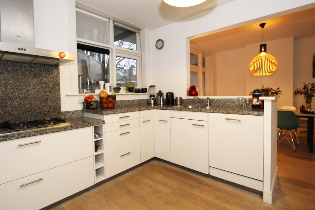 The kitchen with everything you need (oven, juice press, blender, dishwasher and a big fridge)