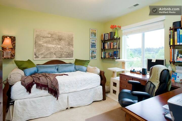 BnB in Lovely Peaceful Townhouse - Bothell - Bed & Breakfast