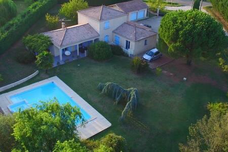 Chambre confortable dans villa avec piscine