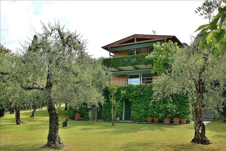8 Sleeps Stunning Lake Views & Large Garden Villa In Torri del Benaco - Torri del Benaco - Villa