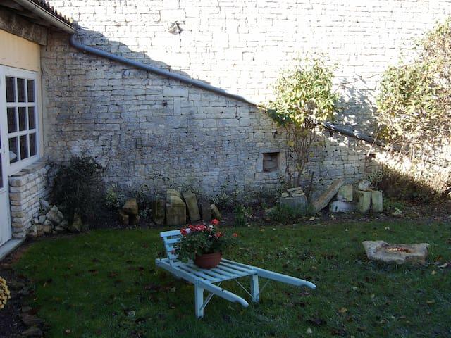 altes Natursteinhaus mit Garten - Fontaine-Chalendray