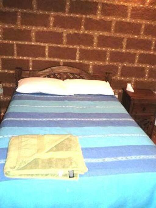 recamara con cama matrimonial y comodos closets