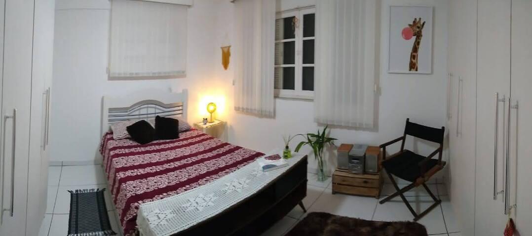 Luminoso quarto privado em casa com incrível vista