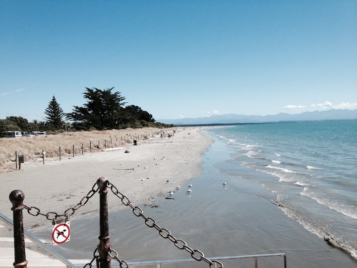 3 minutes walk to Tahunanui Beach!